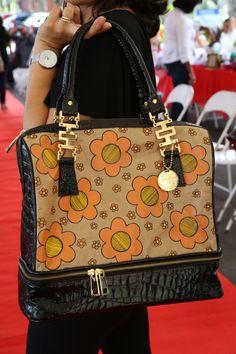 bolsa pintada no saco de cimento, acabamento em couro ecológico