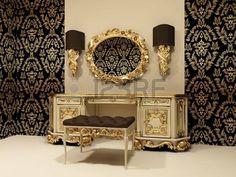 Tabla barroco con espejo en el fondo de papel tapiz con adorno photo
