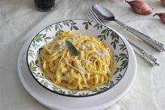 Ingredientes :     2 Chalotas   4 dientes de Ajo   125 ml de Vino Blanco   600 grs de Calabaza   500 ml de Caldo de Pollo   500 grs de Tal...