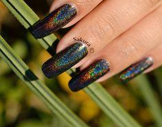 Vernis Jade Holographique MAGIA NEGRA. Un feu d'artifice sur ongles! Un vernis magique. En vente chez www.parlezenauxcopines.com/