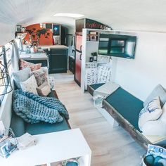 Family bought school bus and turned it into stunning mobile home - Living in a shoebox Bus Living, Tiny House Living, Home And Living, Small Living, School Bus Tiny House, Tyni House, Converted School Bus, Small Basin, School Bus Conversion