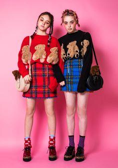 キャンディストリッパーから「テディベア」モチーフのニット&ワンピース、クマがのったショルダーバッグも | ファッションプレス