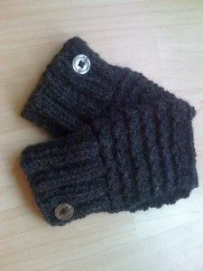 These patterned handwarmers are a really simple, quick knit and are perfect as last-minute gifts. The picture on the side used a merino wool/acrylic mix to ensure the handwarmers are warm yet hard-...