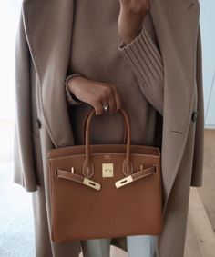 Hermes Birkin 30 Gold Togo leather. Preppy Winter Outfits, Chic Outfits, Winter Ootd, Fashion Outfits, Capsule Wardrobe, Wardrobe Staples, Minimalist Fashion, Minimalist Style, Gold Outfit