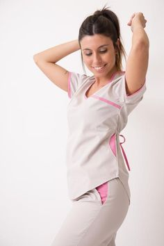 Jazmín Poly gris con rosa Scrubs Outfit, Scrubs Uniform, Work Fashion, Fashion Outfits, Fashion Trends, Tree Of Life Jewelry, Latest African Fashion Dresses, Medical Scrubs, Costume