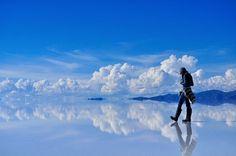 Salar de Uyuni, Bolivia  Nej, dette er ikke en Photoshop-projekt, men den største saltsø i verden med et areal på 10.000 kvadratmeter! Takket være det varme-vekslende klima får man en spejl-glat frossen sø, hvilket gør usædvanlige billeder som dette muligt!