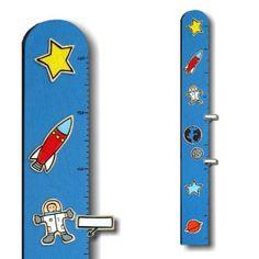 Medidor Espacio. Tabla de madera con escala métrica que permite medir de 70 a 160 cm. Lleva unas figuras de madera en relieve y dos pinzas para escribir el nombre de los niños-as e ir marcando la altura. Todo pintado a mano. Se dobla por la mitad para favorecer el envío.