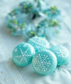 love these sweet snowflakes macarons Christmas Desserts, Christmas Treats, Christmas Baking, Christmas Cookies, Macaroons Christmas, Turquoise Christmas, Blue Christmas, Macaron Cookies, Cake Cookies