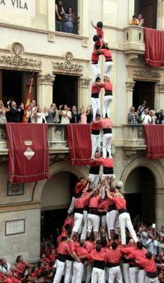 La Vella carrega un dos de nou amb folre i manilles per Sant Joan. 2014.