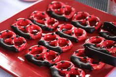 For a ladybug themed party. Party Desserts, No Bake Desserts, Party Cakes, Cupcake Cookies, Pretzel Cookies, Cupcakes, Eat Dessert First, Food Crafts, Ladybug Pretzels