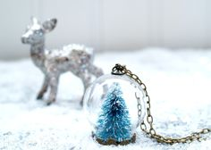 Most of us love trendy and creative boutiques like Anthropologie but few of us can afford everything we want from them. With this Stylish DIY Snow Globe Necklace, you can create a beautiful Anthropologie knock-off for a small fraction of the cost. Crochet Christmas Ornaments, Snowflake Ornaments, Christmas Jewelry, Diy Snow Globe, Snow Globes, Homemade Christmas Gifts, Christmas Crafts, Xmas, Christmas Stuff