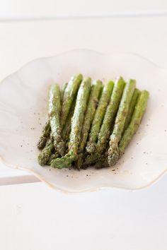 Grillatut perunavartaat ja tahinikastike | Maku Tapas, Asparagus, Vegetables, Eat, Food, Studs, Essen, Vegetable Recipes, Meals