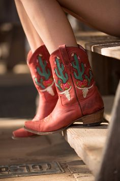 Bramble Rose Cowboystiefel in Rot (von Lane Boots für Junk Gypsy Co. Red Cowgirl Boots, Cowboy Boot Outfits, Red Boots, Cowgirl Style, Short Cowboy Boots, Custom Cowboy Boots, Botas Western, Western Boots, Western Wear