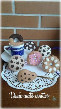 Daniè CucitoCreativo.  Riproduzione biscotti in feltro in dimensioni naturali. Porta chiavi- key chain