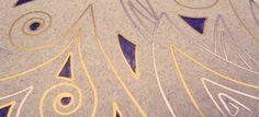 Ausschnitt einer Emaillebrosche in hellgrau und Violett mit Feingold- und Feinsilbersteegen. Broach in lightgrey and violet enamel with finegold- and finesilverwire.
