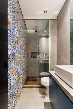You can accomodate a shower in the bathroom with inspiration from this picture. Make the maxiumum use of your bathroom space and ensure that you obstruct no pathway. This modern bathroom was designed by Casa100 Arquitetura