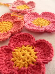 Simple Crochet Flower: free pattern ✿⊱╮Teresa Restegui http://www.pinterest.com/teretegui/✿⊱╮