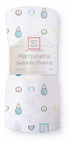 """Dekorativt """"Marquisette"""" gas-teppe.Swaddle Blanket, Peace. Love. Swaddle, true blue.Blå- og turkistoner.  Supre babytepper til svøping -gir trygghetsfølelse og støtte til nyfødte ved søvn.Også behagelig omslag når man skal holde babyen.* Marquisette er et tynt, løst vevd bomullsstoff igas-kvalitet (lik 1-lags musselin).*Meget luftige og behagelige.* Enkle å vaske - blir mykere og mykere for hver vask.* Naturlige fargeruten aminer, formaldehyd og azo-fargestoff. *Pås..."""