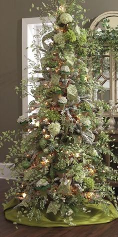 Love this xmas tree!  I always put hydraengas in my tree, but it's never looked as good as this one.  hydraengas