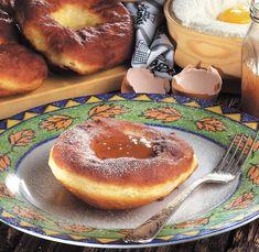Hozzávalók: 60 dkg finomliszt (a fele Graham-liszt is lehet), 3,5 dkg élesztő, kb. 3,5 dl langyos tej, 4 csapott evőkanál kristálycukor, 0,5 dl rum, 4 tojássárgája, 1 mokkáskanál só, 1 citrom (vagy narancs) reszelt héja, ... Camembert Cheese, Pancakes, Dairy, Breakfast, Food, Morning Coffee, Meal, Crepes, Essen