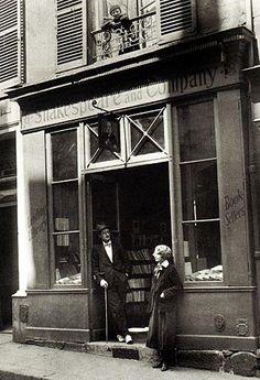 La librera y editora Sylvia Beach junto al escritor James Joyce, en la puerta de la librería Shakespeare and Company en la calle de l'Odéon de París, 1920.