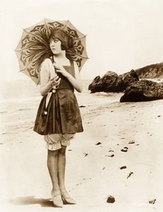 Lila Lee, with a darling parasol vintage flapper. Vintage Outfits, Vintage Clothing, Vintage Fashion, Edwardian Fashion, Vintage Jewelry, Vintage Pictures, Vintage Images, Vintage Beach Photos, Mode Vintage