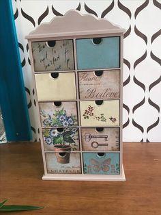 Aprenda a decorar seu mdf Decoupage Vintage, Decoupage Suitcase, Decoupage Furniture, Paint Furniture, Recycled Crafts, Wood Crafts, Diy And Crafts, Vintage Box, Vintage Decor