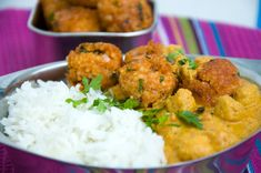Veganes Kichererbsen-Curry mit Hirsebällchen.