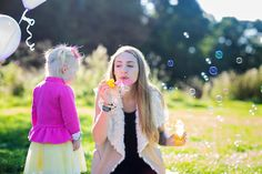 Portrait photoshoot / photography / long hair / bright colors / pink / balloons / purple / autumn / blond hair / blue eyes / mother and daughter photoshoot / sunny / bubbles