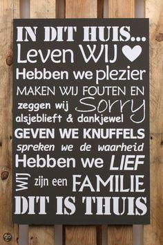 Zwart tekstbord : In dit huis ... Leven wij  - Hebben we plezier - Maken wij fouten en zeggen wij sorry alsjeblieft & dankjewel - Geven we knuffels - Spreken we de waarheid - Hebben we lief Wij zijn een familie - Dit is thuis  de knuffel: the hug / le câlin / die Zärtlichkeit, die Umarmung / la coccola  de waarheid : the truth / la vérité / die Wahrheit / la verità  liefhebben (= houden van) : to love / aimer, apprécier / lieben, mögen, gern haben / amare, volere bene