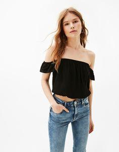 Maglietta scollo spalle scoperte elastico orlo. Scopri questo e molti altri capi su bershka.com con nuovi prodotti ogni settimana