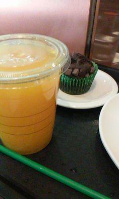 Zumo de naranja y mini muffin de chocolate.