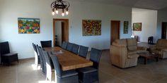 Vakantievilla in Andalusië, Spanje voor grote gezinnen met 14 personen  Villa San Jacinto is een extreem grote villa met een vloeroppervlak van 360m² en gebouwd in 2008. Er zijn 7 slaapkamers, 4 badkamers en 2 keukens. De woonkamer is al 130m². Openslaande deuren leiden naar een groot overdekt terras met een spectaculair uitzicht over de omgeving. De villa is geheel voorzien van centrale verwarming zodat ook de wintermaanden warm en behaaglijk zijn. Luxe en eigen jacuzzi
