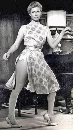 """Elizabeth Montgomery with a """"bewitching"""" visible panty line. Agnes Moorehead, Vintage Hollywood, Classic Hollywood, Divas, Bewitched Elizabeth Montgomery, Barbara Eden, Films Cinema, Actrices Hollywood, Jean Harlow"""
