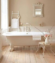 Γγρ│ Une petite salle de bains shabby entièrement meublée d' éléments récupérés.