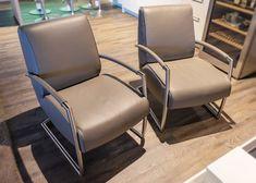 Adagio Bree's New World – Zwei Sessel von Designer Couchgarnitur. Twilight Leder Light Grey vom brasilianischen Nabuk Rind.   Aktuell als reduzierte Ausstellungsmodelle auf www.saar-kuechen.de Bree, Design Tisch, Rind, Designer, Chair, Furniture, Home Decor, Upholstered Bar Stools, Dark Hardwood