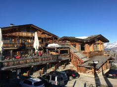 Le Pilatus, restaurant de l'Altibar, vous accueille dans un cadre typiquement montagnard. Cuisine traditionnelle et plats régionaux dans une ambiance chaleureuse. Terrasse avec ensoleillement excepetionnel. http://booking-hotel.consolidator.fr/Place/Courchevel_Airport.htm
