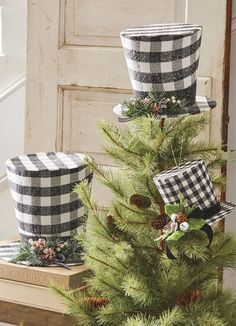Buffalo check in classic black and white. Three sizes of thes cute top hat decorations from RAZ. Arriving to Trendy Tree soon for Christmas Black Christmas Decorations, Christmas Mantels, Christmas Centerpieces, Blue Christmas, Diy Christmas Ornaments, Vintage Christmas, Christmas Wreaths, Christmas 2019, Christmas Ideas