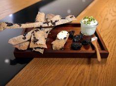 Knäckebröd z makiem, śliwki kalifornijskie, świeży  ser z pistacją