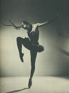 The lovely Balanchine ballerina Maria Tallchief. She was the first Native American Ballerina, & became 'First Prima Ballerina' of New York City Ballet Co. Shall We Dance, Lets Dance, History Of Dance, Ballet Russe, Vintage Ballet, George Balanchine, City Ballet, Dance Movement, Ballet Photography