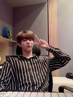 "X1(엑스원) GLOBAL on Twitter: ""Kim Wooseok dropped these selfies in the Kakaotalk groupchat! What did we do to deserve him? 😍 #X1 #엑스원 #X1GLOBAL… "" Daejeon, Kim Minseok, Daegu, Boyfriend Material, My Boyfriend, My Boys, Rapper, Idol, Husband"