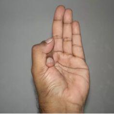 Avete mai sentito parlare dei mudra? Originarie dell'India, queste posizioni delle mani sono di due tipi nello yoga: il primo è quando tocchi le punte delle varie dita con il pollice, il secondo si esegue premendo la prima falange sul pollice. L'effetto sul corpo varia a seconda di qual dita tocchi o premi. Purtroppo si ha a che fare con lo stress ogni giorno, magari dovuto al lavoro e alla vita frenetica , quindi perché non provare con un po' di yoga? Lo yoga ormai è una sorta di medicina…