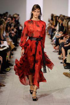 Ao som de Florence + the Machine, Michael Kors apresentou sua primavera-verão 2016 na Semana de Moda de NY. Muitos florais (em estampa ou aplicações), saia de tiras de tecido (alerta tendência!), camisaria, cobra, transparência em rendas… Neutros convivem com laranjão, vermelhão e azulzão acesos. Confira clicando na foto!