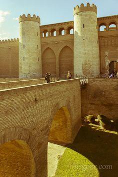 Palacio de la Aljafería en Zaragoza, España es otro lugar que uno no se debe perder, riquísimo en historia.