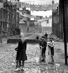 'Wapping Slums', Tenement housing in East London photo Bert Hardy. (from the Vintage Guide To London) Vintage London, Old London, East End London, Victorian London, London Kids, London Pictures, London Photos, Old Pictures, Old Photos
