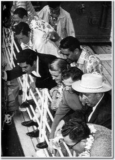Le 5 Novembre 1957 Elvis Presley sur le bâteau USS Matsonia sur les quais des bateaux à Honolulu Harbor.