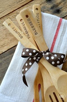 Such a cute gift idea - hand stamped kitchen utensil DIY, so easy! #foodie #holidays