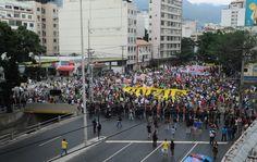 Av. Maracanã bloqueada pela polícia. Protesto no entorno do Maracanã. 30/06/2013.