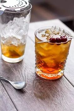 When it comes to making a proper Manhattan, looking up and memorizing the ingredients is easy enough. There are, however, some nuances to this classic drink that many bartenders don't know. Best Margarita Recipe, Margarita Recipes, Martini Recipes, Drink Recipes, New Year's Eve Cocktails, Fruity Cocktails, How To Make Martini, Spiced Rum Drinks, Easy Mixed Drinks
