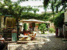 Saint-Émilion: Petite place pavée bordée de boutiques et d'une terrasse de café - France-Voyage.com
